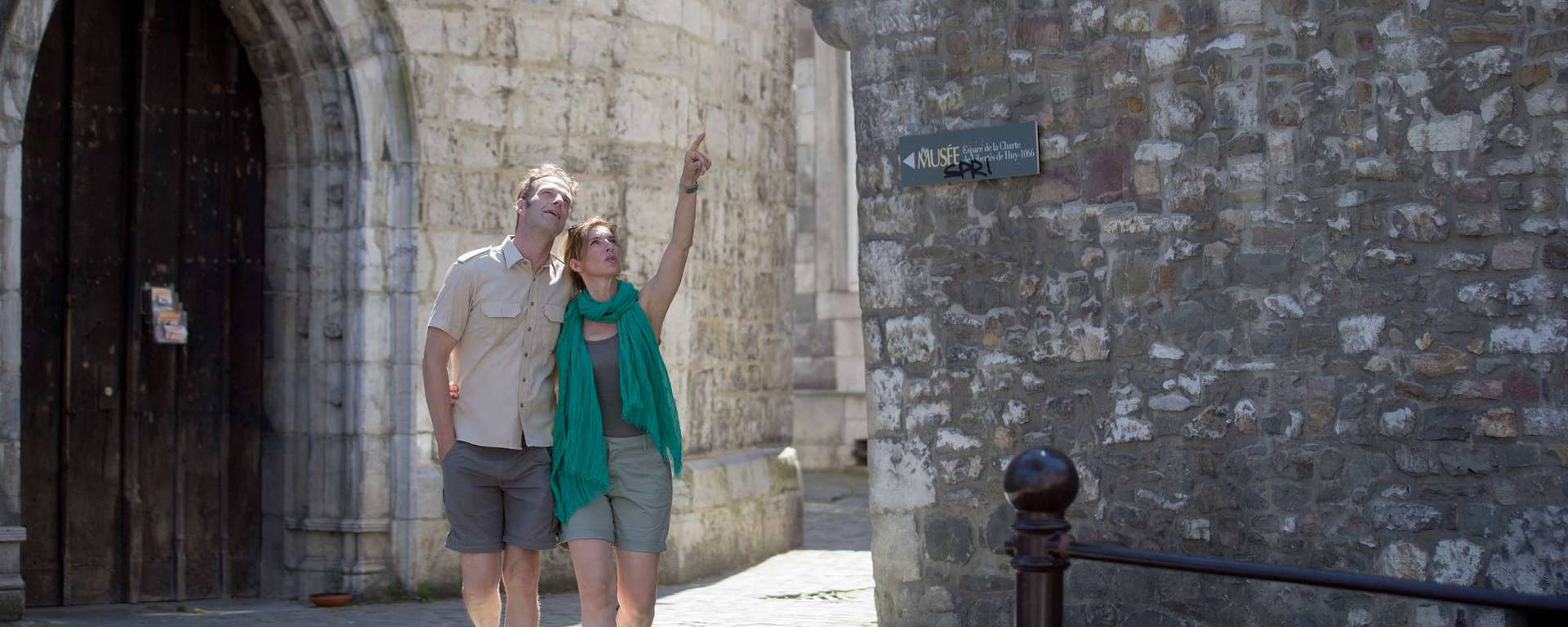 Un couple se promenant dans le vieux Huy
