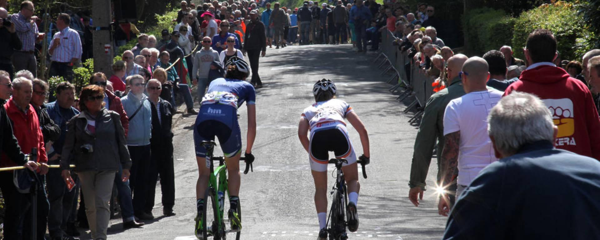 Deux coureurs cyclistes gravissant le mur de Huy