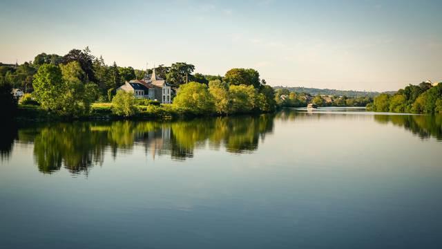 Une péniche sur la Meuse