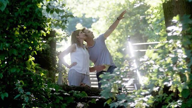 Un couple admirant les beautés de la nature
