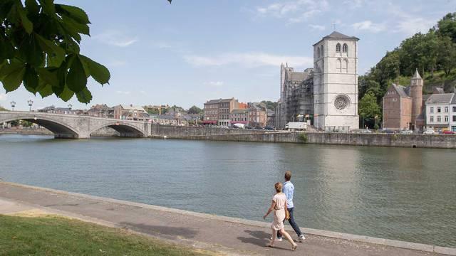 Un couple se promenant le long de la Meuse à Huy