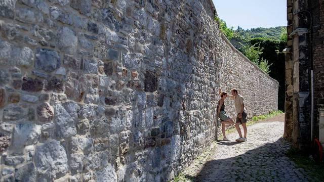 Couple discutant dans une ruelle