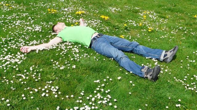 Un homme couché dans l'herbe