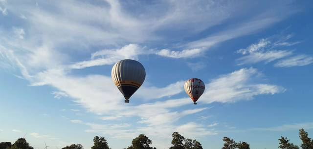 2 montgolfières dans le ciel