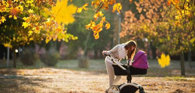 Une dame penchée sur une poussette