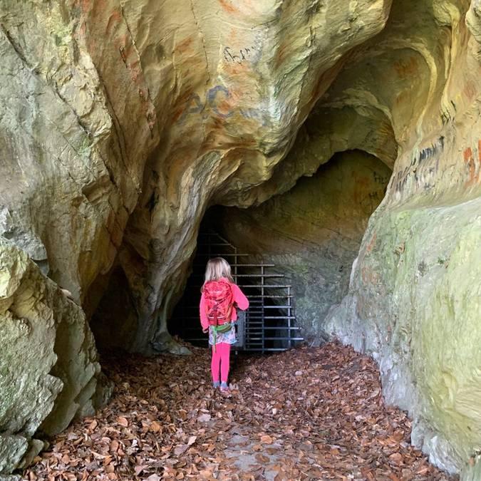 Jeune fille devant une grotte