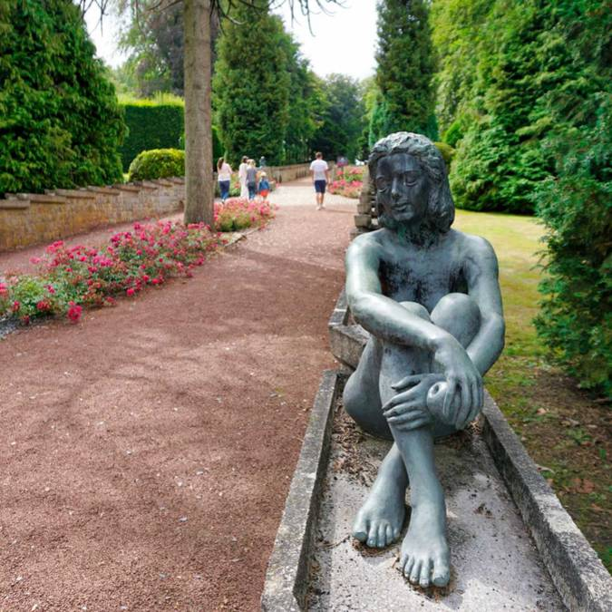 Statue dans le parc du château de Jehay