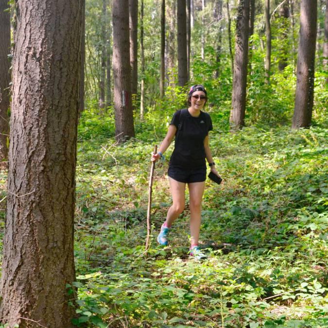 Personne randonnant dans les bois
