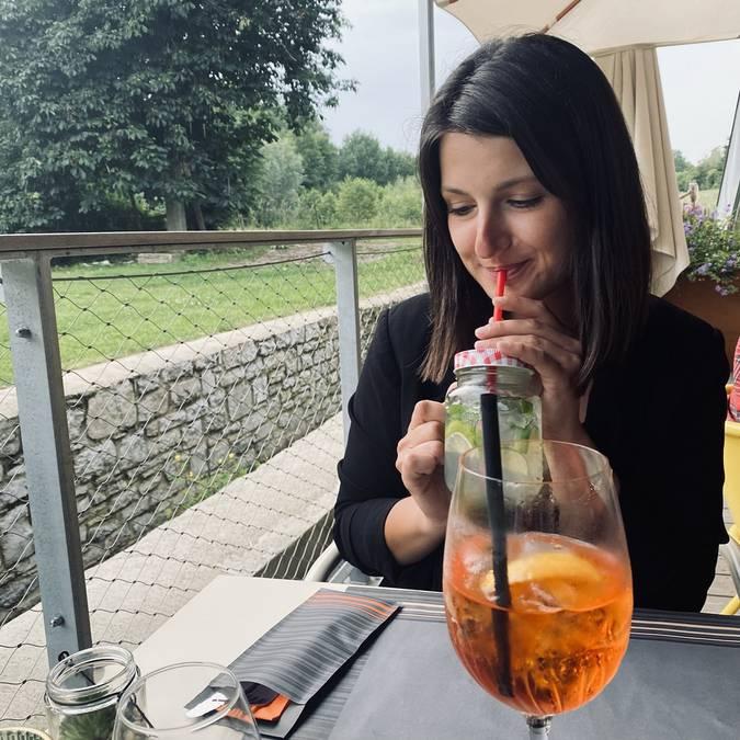 Justine boit un cocktail