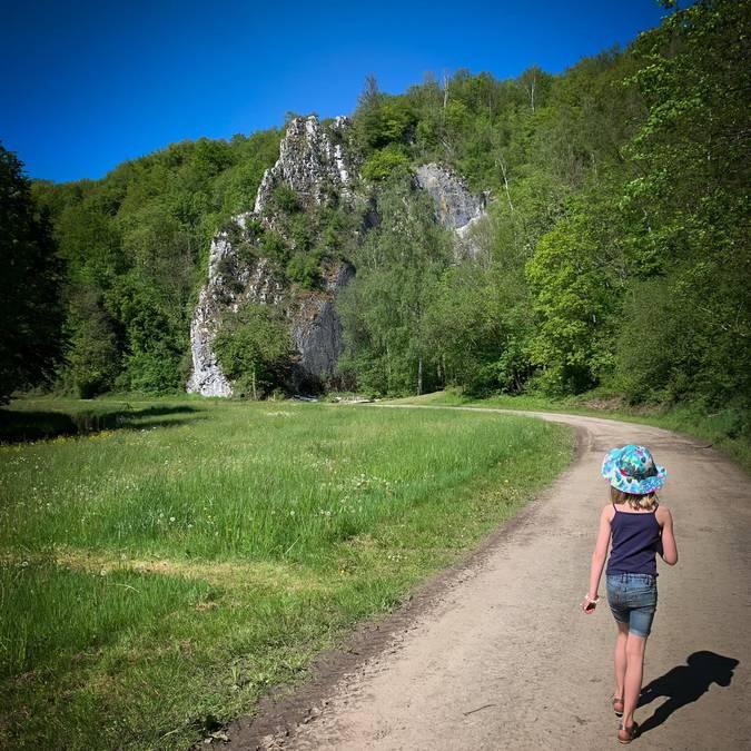 Une jeune fille se promenant sur un sentier