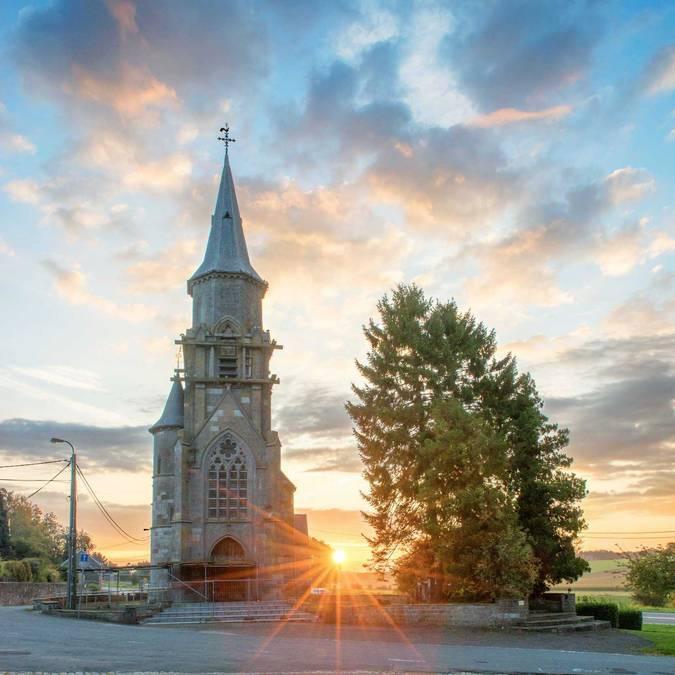 Eglise de Scry avec un coucher de soleil